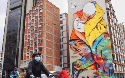 """""""El beso de los invisibles""""… símbolo de arte y amor en Bogotá"""